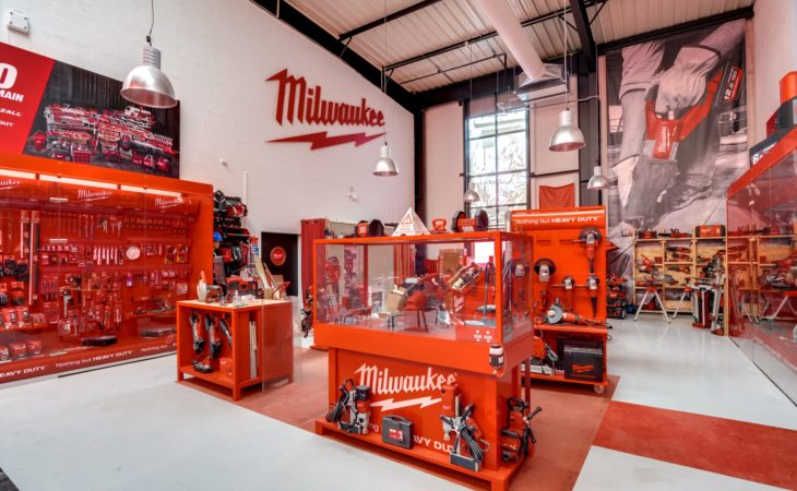 Fit-out of a warehouse with showroom and repair-center