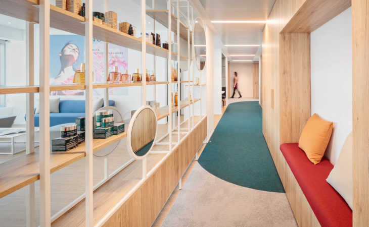 Un espace de bureau type showroom avec une atmosphère naturelle