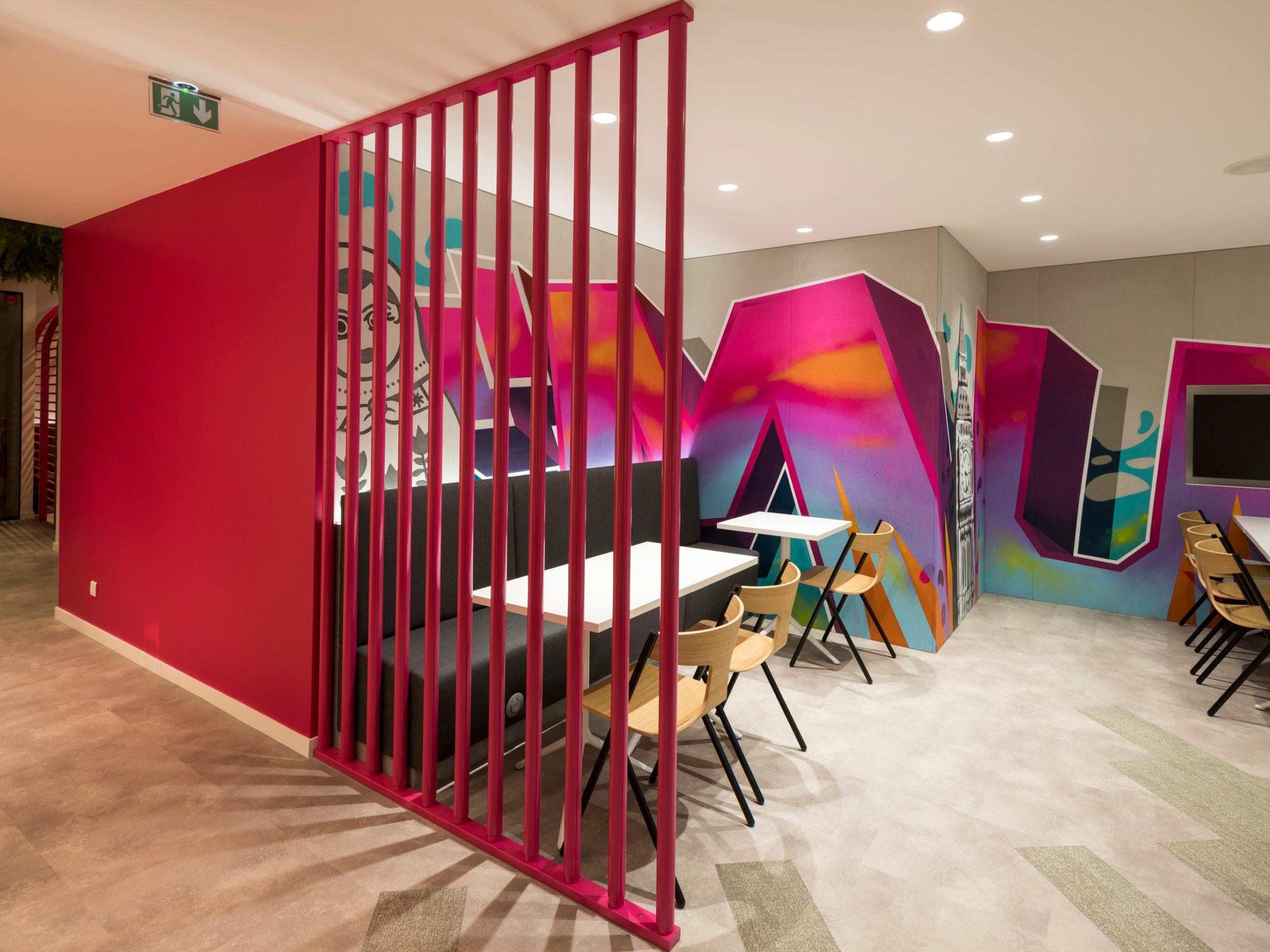 Graphs spécialement créés pour le client par l'artiste Emilien Reverchon dans  les bureaux de Murex à Paris.